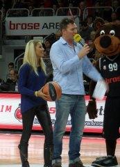 Galeriebild Sümeyye als Ehrengast bei den Brose Baskets Bamberg
