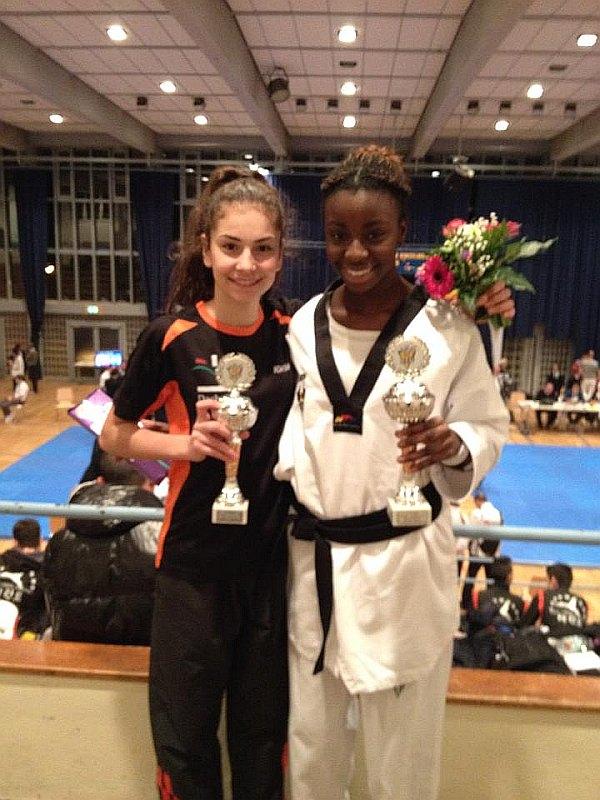 Deutsche Meisterschaft der Jugend A 2014 in Pforzheim - Ela Aydin und Rhonda Nat mit ihren Siegerpokalen