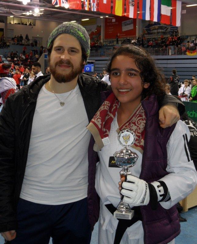 Deutsche Meisterschaft der Kadetten 2014 in Gummersbach - Selina Öztürk mit Coach Orcun Öztürk und ihrem Siegerpokal