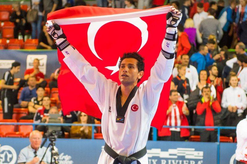 Europameisterschaft 2016 Montreux - Servet Tazegül mit der türkischen Fahne nach seinem Titelgewinn