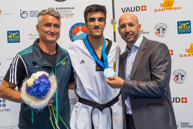 Europameisterschaft 2016 Montreux - Hamza Adnan Karim mit seiner Bronzemedaille sowie den Trainern Aziz Acharki und Georg Streif