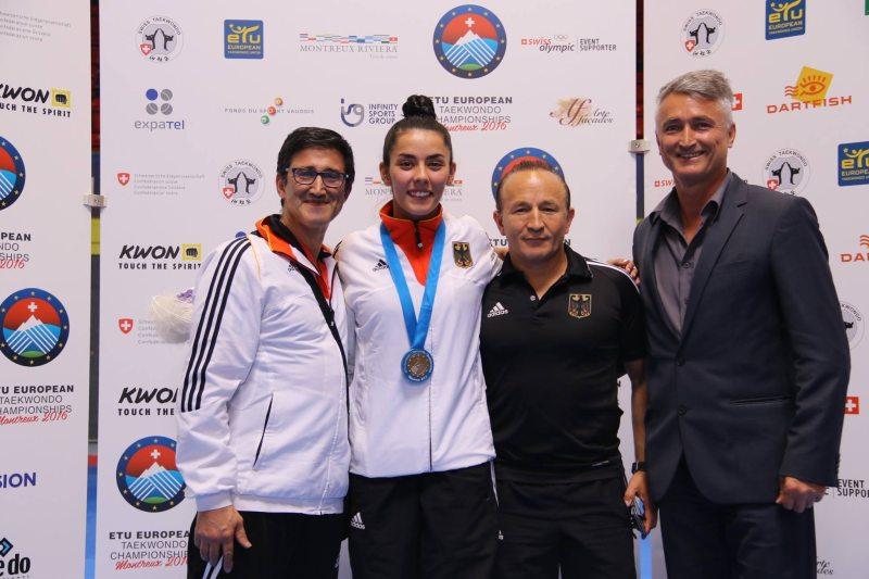 Europameisterschaft 2016 Montreux - Rabia Gülec mit ihrer Bronzemedaille und den Trainern Carlos Esteves, Özer Gülec und Georg Streif