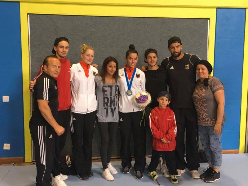 Europameisterschaft 2016 Montreux - Rabia Gülec mit ihrer Bronzemedaille und Ihrer Familie sowie Anna-Lena Frömming und Stanislav Staykov