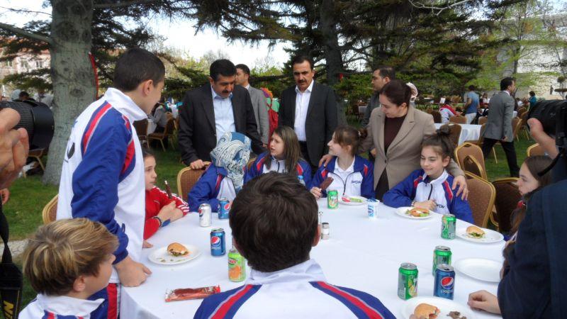 Internationales Kinderturnier Konya 2012 - Der Provinz-Gouverneur spricht mit dem BTU-Team