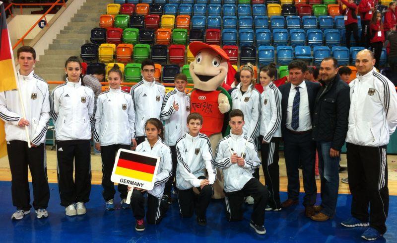 Internationales Kinderturnier Konya 2013 - DTU-Team mit Maskottchen bei der Eröffnungsfeier