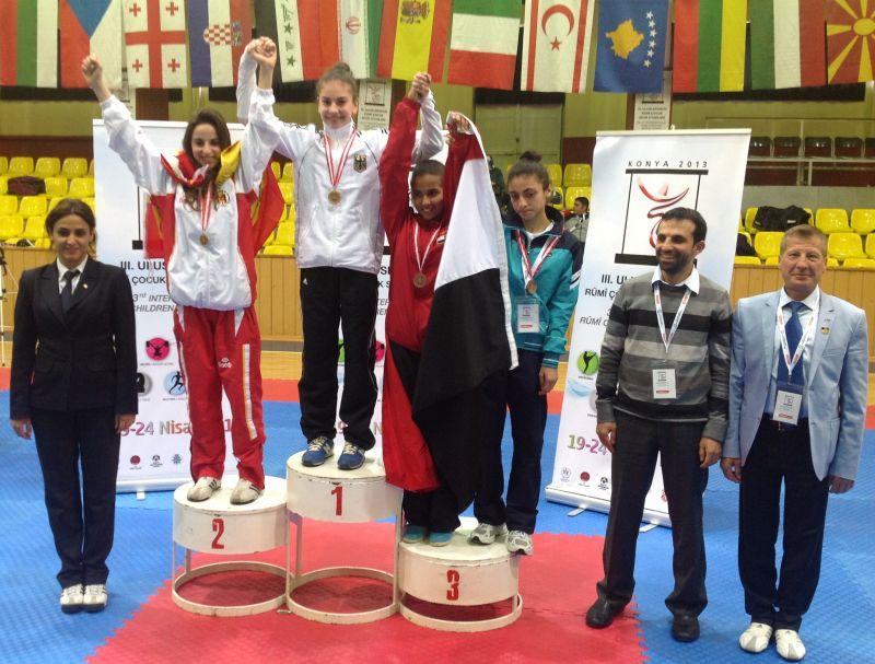 Internationales Kinderturnier Konya 2013 - Ela Aydin bei der Siegerehrung
