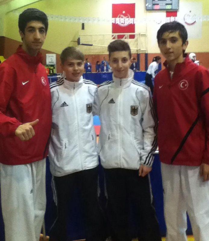 Internationales Kinderturnier Konya 2013 - Kevin Rasch und Vasilios Katsaros mit zwei Mitgliedern des türkischen Teams