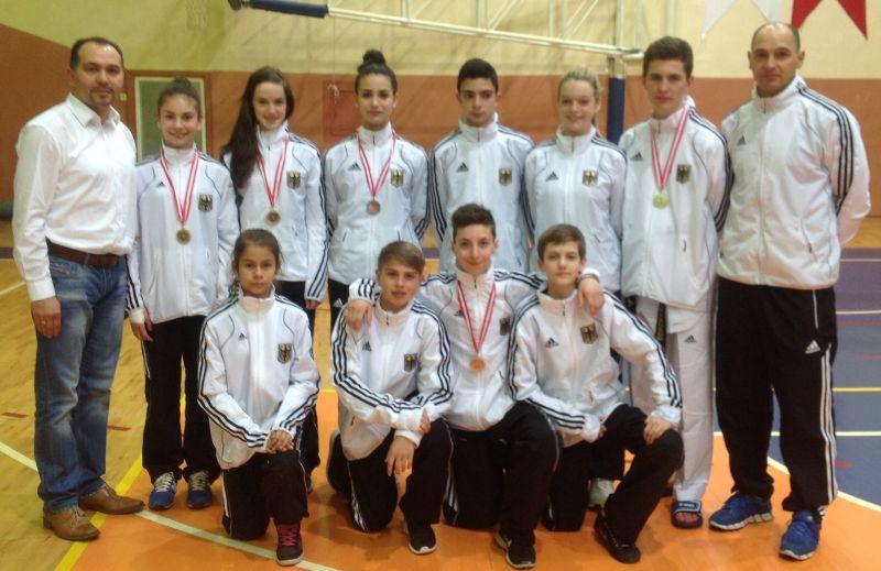 Internationales Kinderturnier Konya 2013 - DTU-Team mit Medaillen und Marco Scheiterbauer sowie Musa Cicek