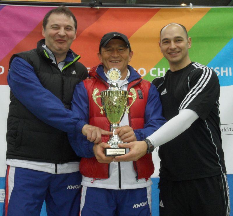 Internationales Kinderturnier Sindelfingen 2013 - Nurettin Yilmaz, Özer Gülec und Marco Scheiterbauer mit dem Siegerpokal für das BBS-Team