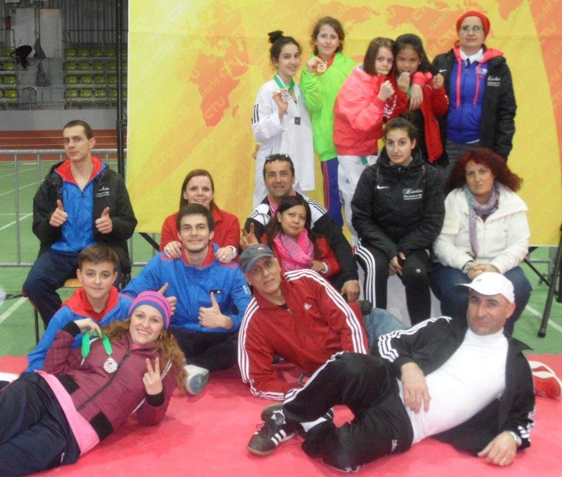 Internationales Kinderturnier Sindelfingen 2014 - Das Team von Taekwondo Özer mit Medaillen und Eltern