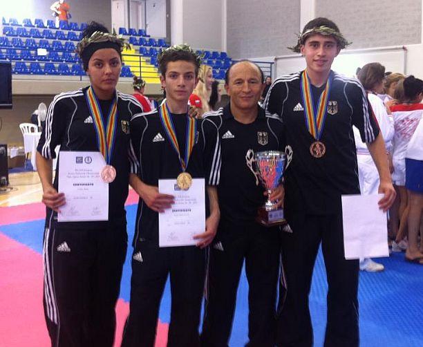 Jugend-EM 2011 - Rabia Gülec, Hasan Ahmed Koca und Erol Yorulmaz mit ihren Medailen und ihrem Trainer Özer Gülec