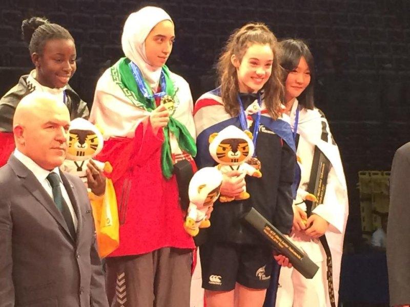 Jugend-(U18)-Weltmeisterschaft 2014 in Taipeh - Rhonda Nat bei der Siegerehrung mit Kimia Alizadeh, Leah Moorby und Soo-In Chae