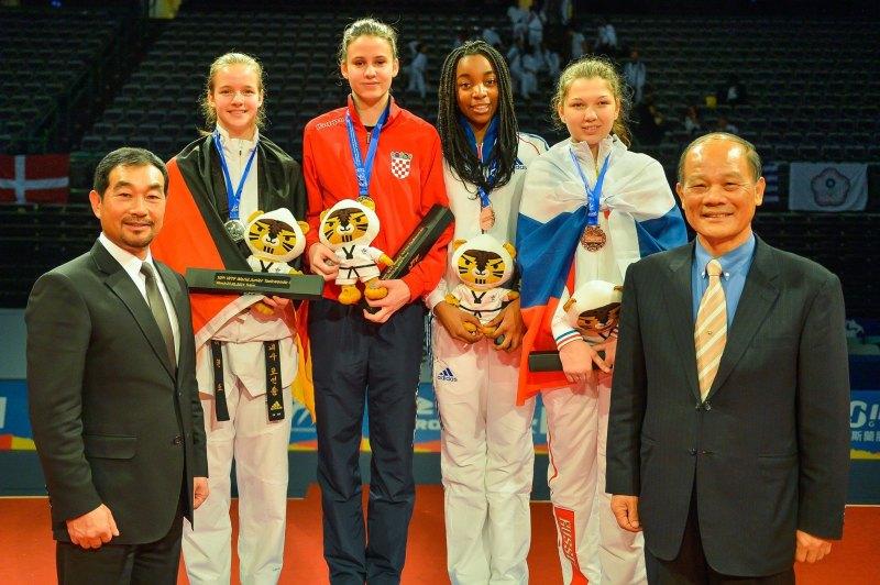 Jugend-(U18)-Weltmeisterschaft 2014 Taipeh - Vanessa Körndl bei der Siegerehrung mit Matea Jelic, Axelle Attoumani und Kristina Prokudina