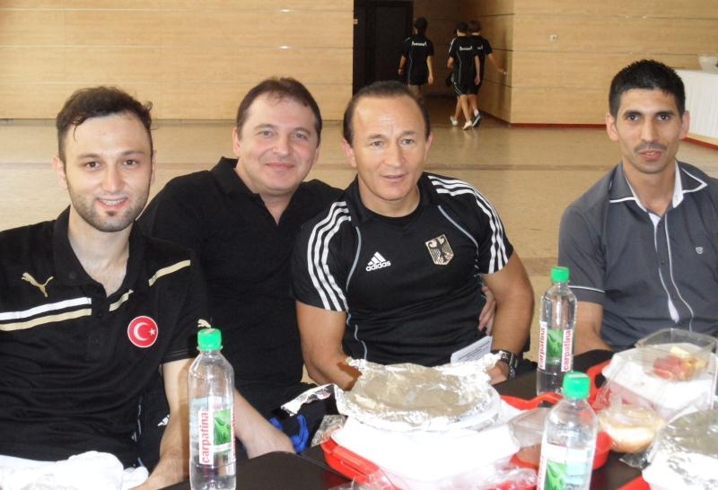 Kadetten-(U15)-Europameisterschaft 2013 in Bukarest - Hasim Celik, Nurettin Yilmaz, Özer Gülec und Abdullah Ünlübay während der Mittagspause