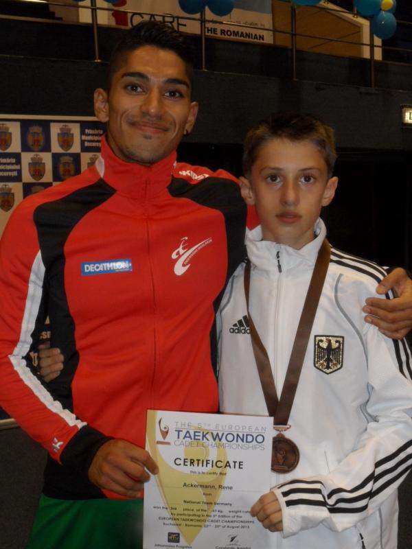 Kadetten-(U15)-Europameisterschaft 2013 in Bukarest - René Ackermann mit seiner Bronzemedaille und Vereinstrainer Sasan Dalirnejad