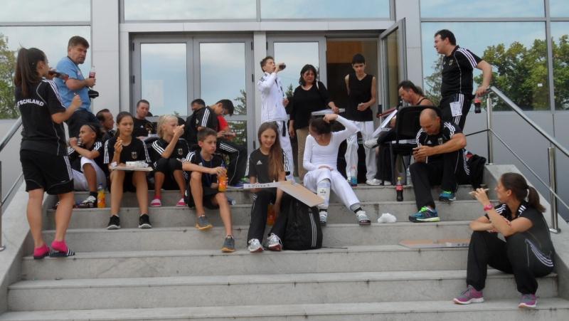 Kadetten-(U15)-Europameisterschaft 2013 in Bukarest - Das DTU-Team bei der Mittagspause auf der Halleneingangstreppe - Bild 01