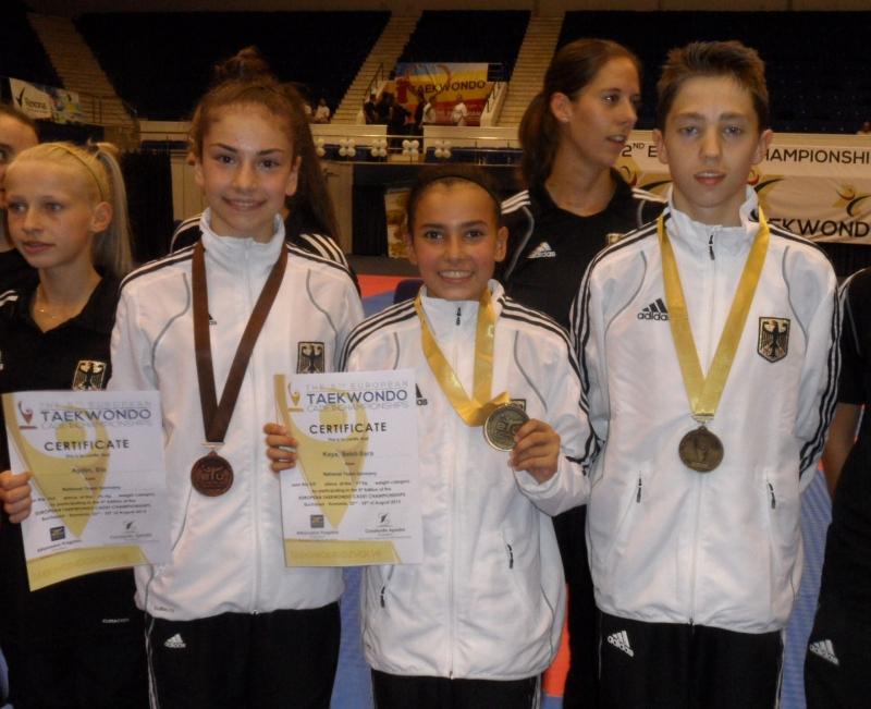 Kadetten-(U15)-Europameisterschaft 2013 in Bukarest - Ela Aydin, Sebil Sara Kaya und Frank Rüppel mit ihren Medaillen