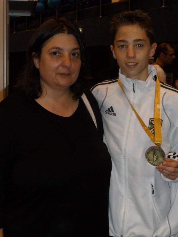 Kadetten-(U15)-Europameisterschaft 2013 in Bukarest - Frank Rüppel mit seiner Goldmedaille und seiner Mutter Claudia