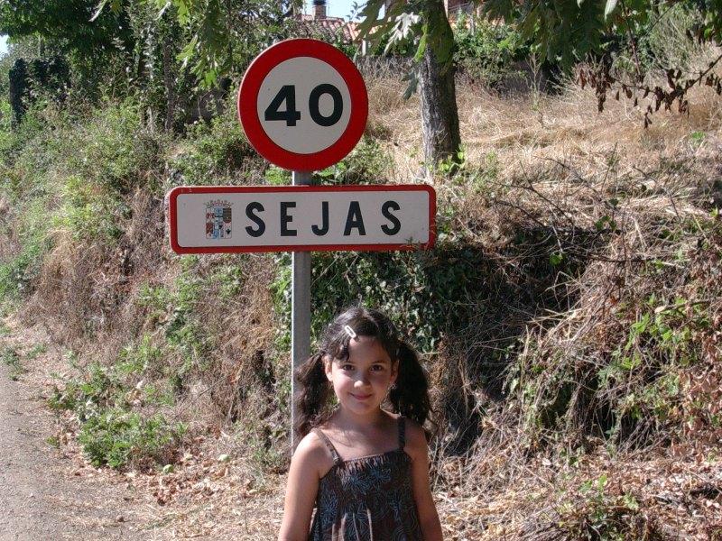 Chamutal Castaño vor dem Ortsschild von Zamora 2009