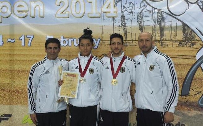 Luxor Open 2014 in Luxor - Rabia Gülec und Levent Tuncat mit ihren Medaillen und Damen-Bundestrainer Carlos Esteves sowie Herren-Bundestrainer Aziz Acharki