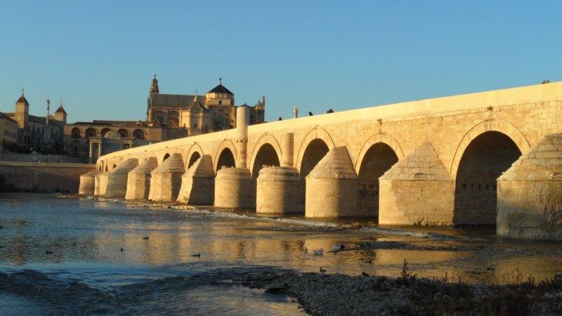 Blick von der Römischen Brücke auf die Mezquita-Catedral in Córdoba