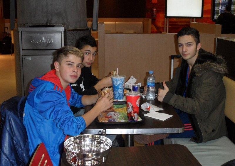 Yunus Emre Koca, Hasan Ahmed Koca und Kevin Rasch beim Essen in Málaga