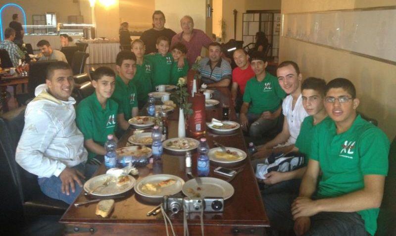 Team des Arab Sport Center aus Ostjerusalem beim Essen im Bodrum Palast