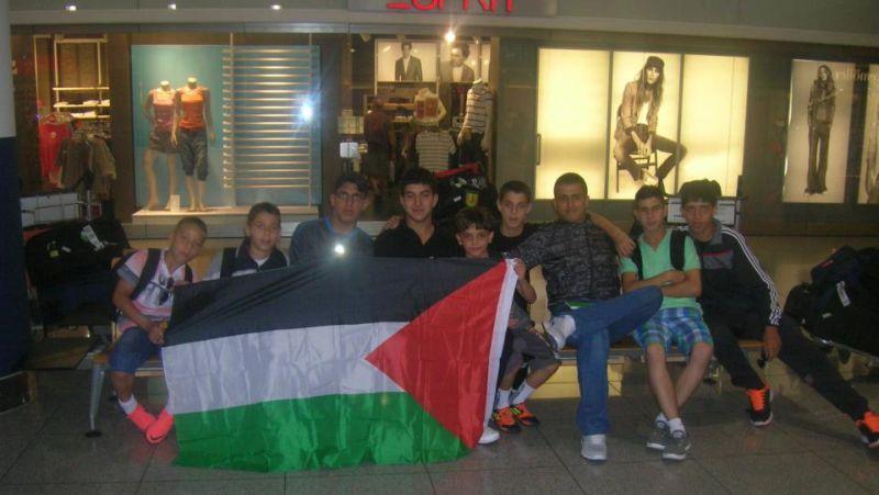 Team des Arab Sport Center aus Ostjerusalem am Flughafen