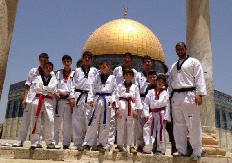 Mitglieder des Arab Sport Center aus Ostjerusalem vor dem Felsendom