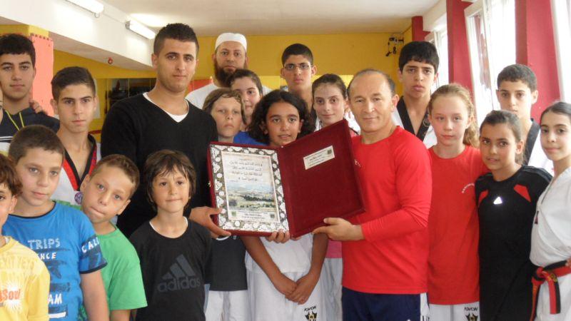 Palästinensische Gäste aus Ostjerusalem bei TKD Özer bei der Übergabe einer Erinnerungstafel - Bild 2