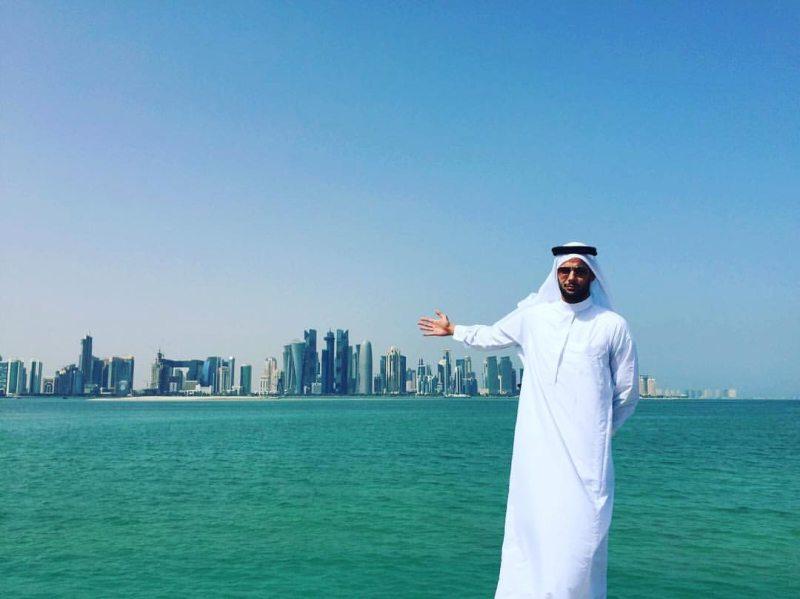 Qatar Open 2016 in Doha - Tahir in landestypischer Bekleidung vor der Skyline von Doha