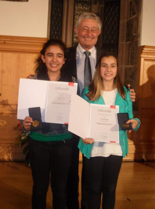 Sportlerehrung der Stadt Nürnberg 2014 - Selina Öztürk und Sebil Kaya mit Sport-Bürgermeister Horst Förther