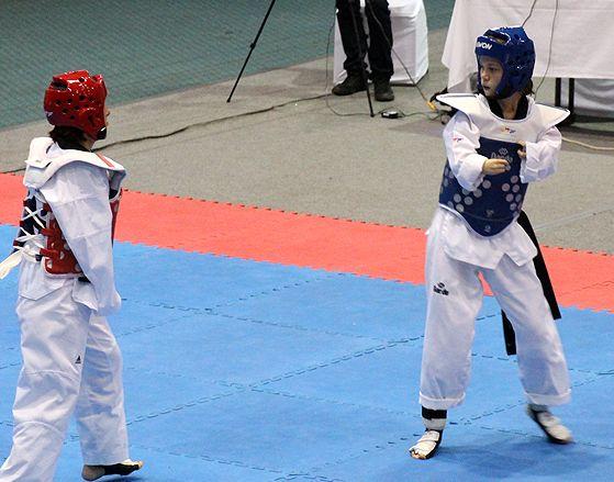 TKD Özer erfüllt ukrainischer Sportlerin den Traum von der Teilnahme an der Behinderten-WM - Viktoriia Marchuk auf der Wettkampffläche bei der Behinderten-WM in Aruba - Bild 01