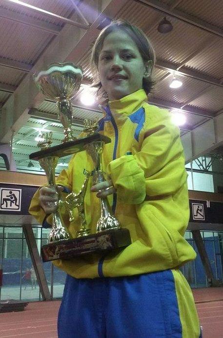 TKD Özer erfüllt ukrainischer Sportlerin den Traum von der Teilnahme an der Behinderten-WM - Viktoriia Marchuk mit ihrem Siegerpokal von der ukrainischne Meisterschaft