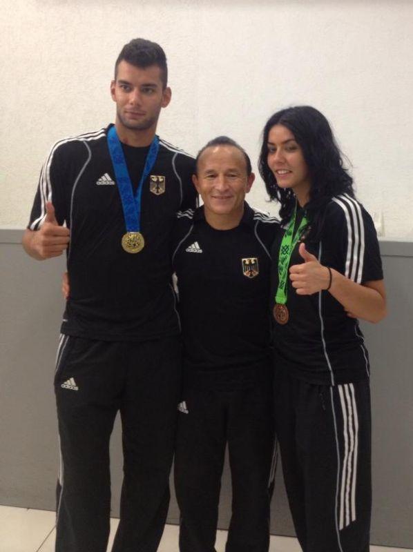 Tahir, Rabia und Özer Gülec mit den beiden WM-Medaillen