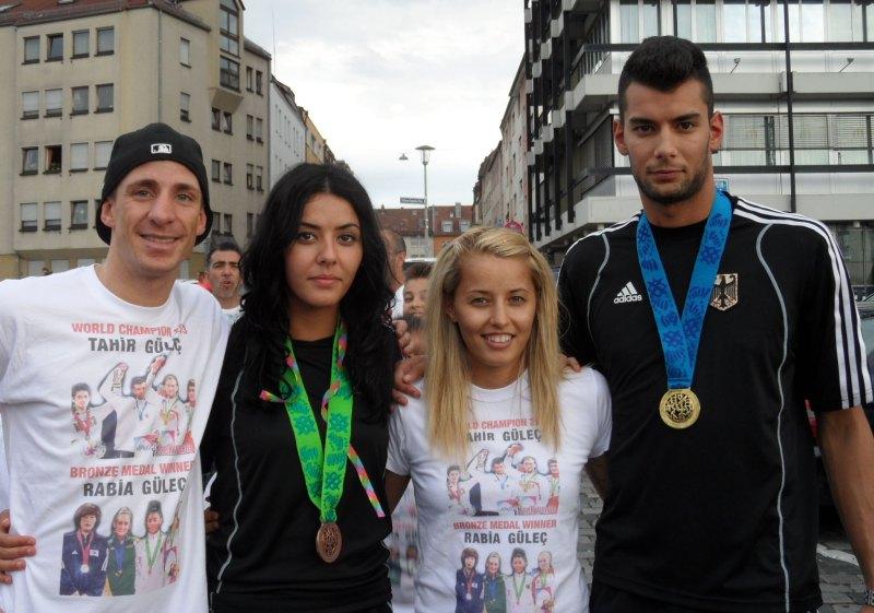 Vereinswechsel - TKD Özer begrüßt Daniel Manz - Daniel Manz mit seiner Frau Sümeyye und den WM-Heimkehrern Rabia und Tahir Gülec mit ihren WM-Medaillen