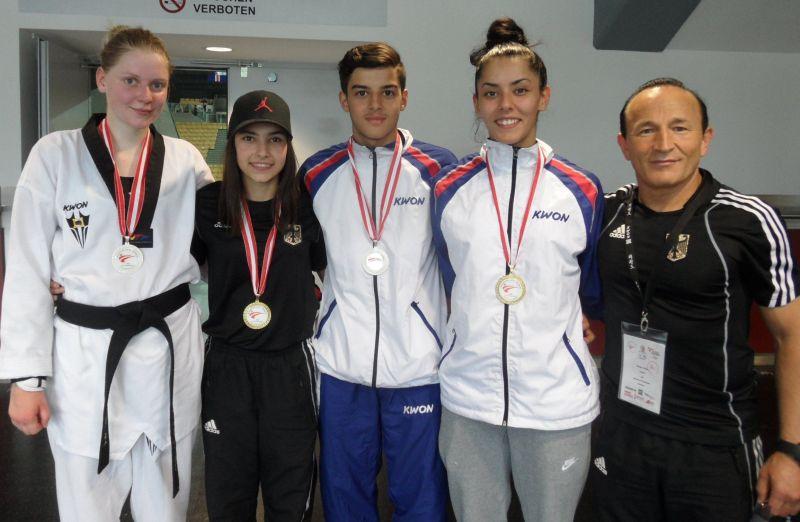 Anna-Lena Frömming, Sebil Sara Kaya, Malik Gülec und Rabia Gülec mit ihren Medaillen bei den Austrian Open zusammen mit ihrem Trainer Özer Gülec