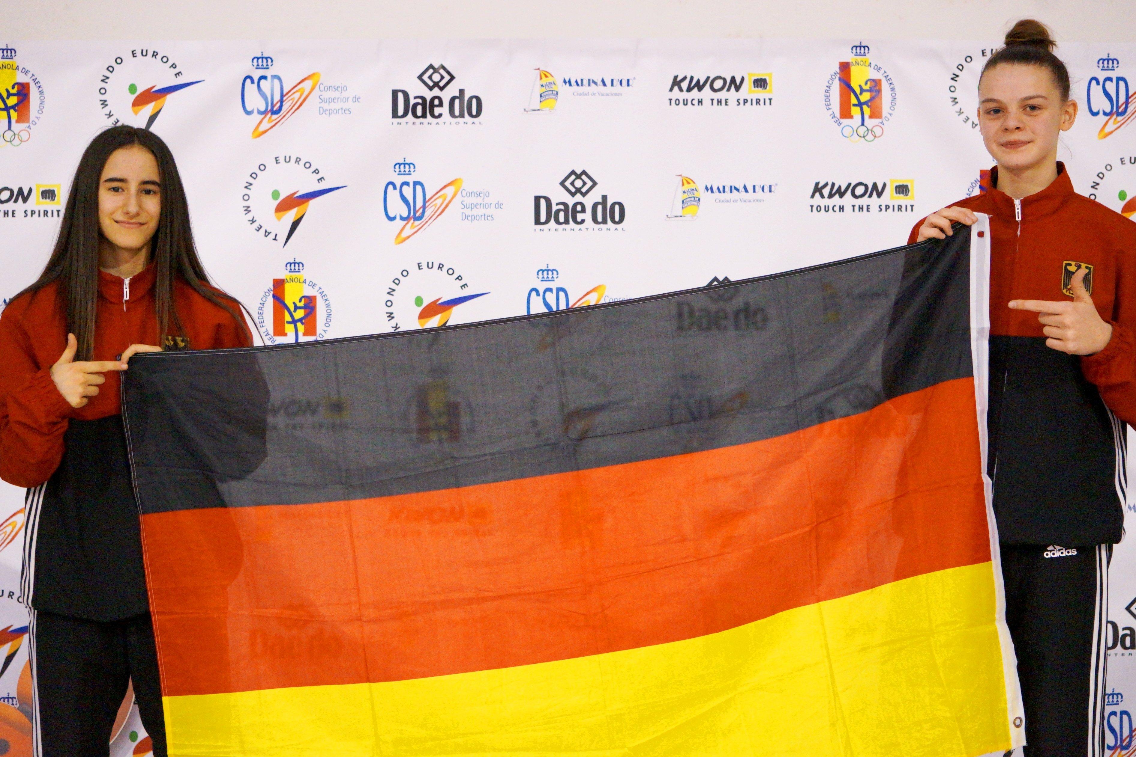 Nur Arayan und Roja Rezaie mit der deutschen Fahne bei der Kadetten-EM 2018