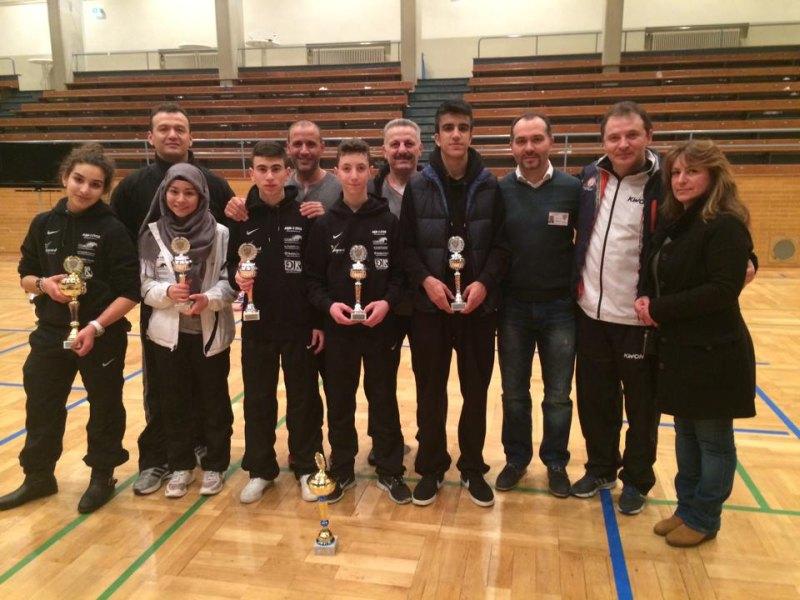 Deutsche Meisterschaft der Jugend A 2014 in Pforzheim - Das Team des KSC Leopard mit den Siegerpokalen