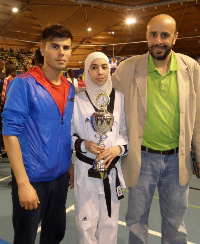 Dutch Open 2014 in Eindhoven - Rahaf Saqr mit ihrem Siegerpokal, Coach Tayfun Yilmazer und ihrem Vater Jihad Saqr