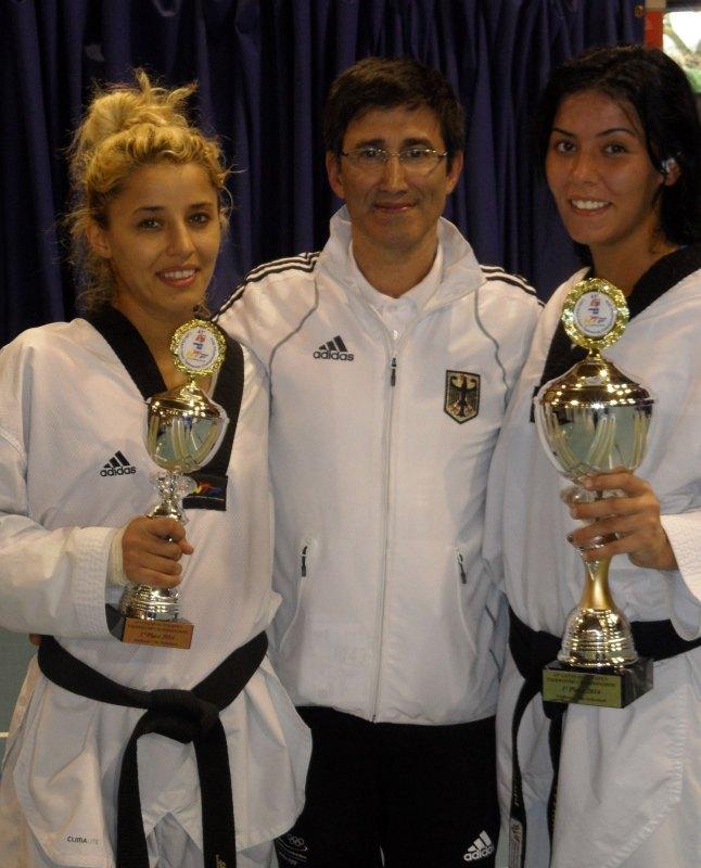 Dutch Open 2014 in Eindhoven - Sümeyye Manz und Rabia Gülec mit ihren Pokalen und Damen-Bundestrainer Carlos Esteves