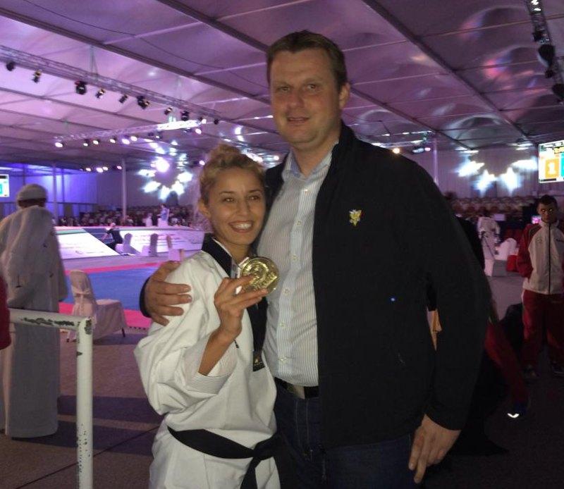 Fujairah Open 2014 in Fudschaira - Sümeyye Manz mit ihrer Goldmedaille und Sportdirektor Holger Wunderlich