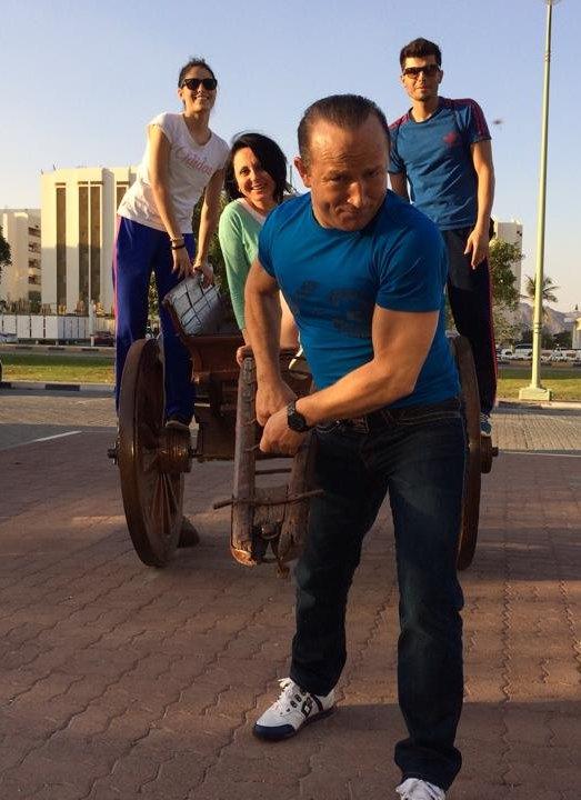 Fujairah Open 2014 in Fudschaira - Özer Gülec zieht eine Kutsche mit Burcin Kayhan, Hayat Gülec und Tayfun Yilmazer