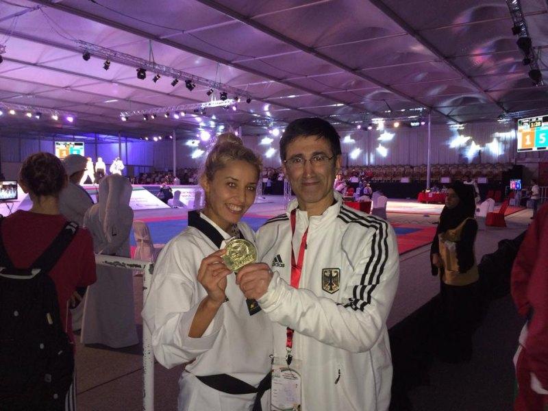 Fujairah Open 2014 in Fudschaira - Sümeyye Manz mit ihrer Goldmedaille und Damen-Bundestrainer Carlos Esteves