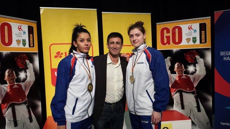 German Open 2014 in Hamburg - Rabia Gülec und Katharina Weiss mit ihren Medaillen und Damen-Bundestrainer Carlos Esteves