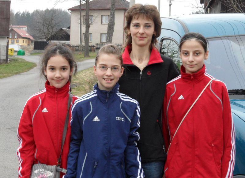 April-Kinderturnier 2011 in Humpolec - Chamutal Castano, Michaela Kubikova, Michaelas Mutter und Beyza Kayhan am Morgen vor dem Turnier