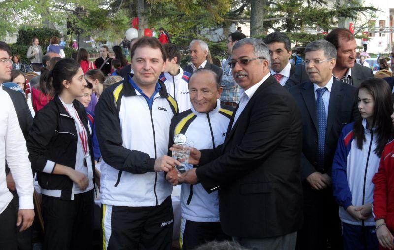 Internationales Kinderturnier Konya 2012 - Überreichung eines Erinnerungspokals an das BTU-Team