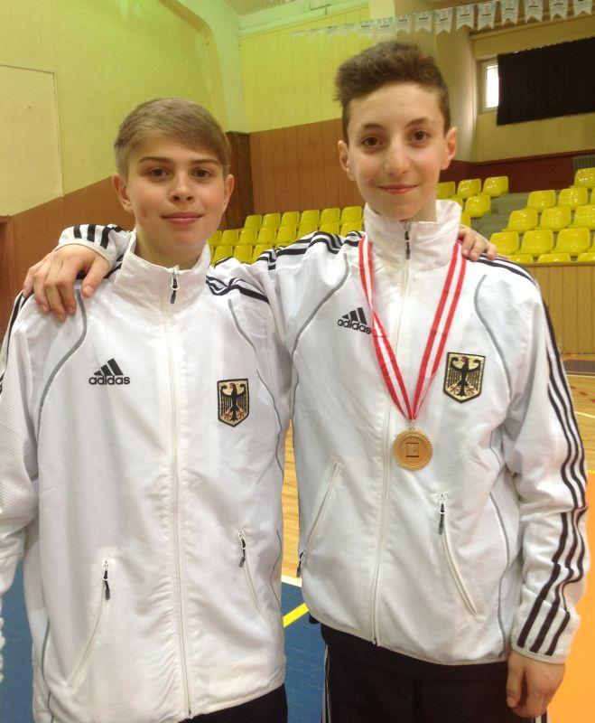 Internationales Kinderturnier Konya 2013 - Kevin Rash mit Vasilios Katsaros und seiner Medaille
