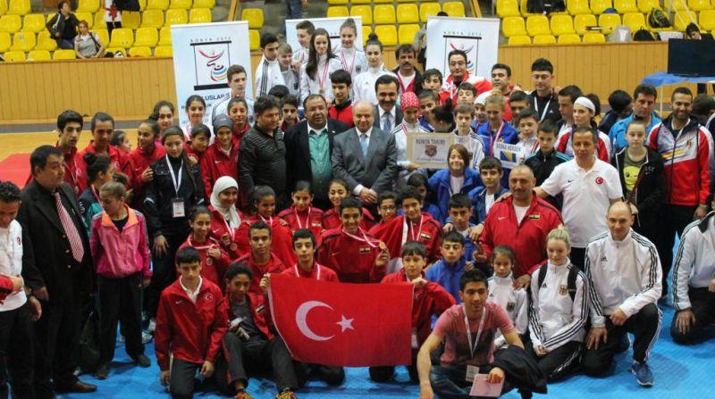 Internationales Kinderturnier Konya 2013 - Alle Teams zusammen bei der Eröffnungsfeier
