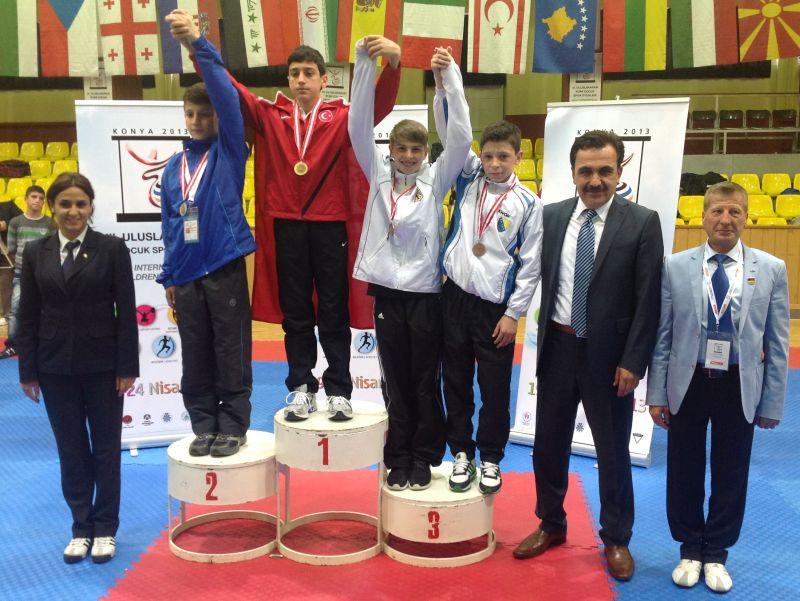 Internationales Kinderturnier Konya 2013 - Kevin Rasch bei der Siegerehrung